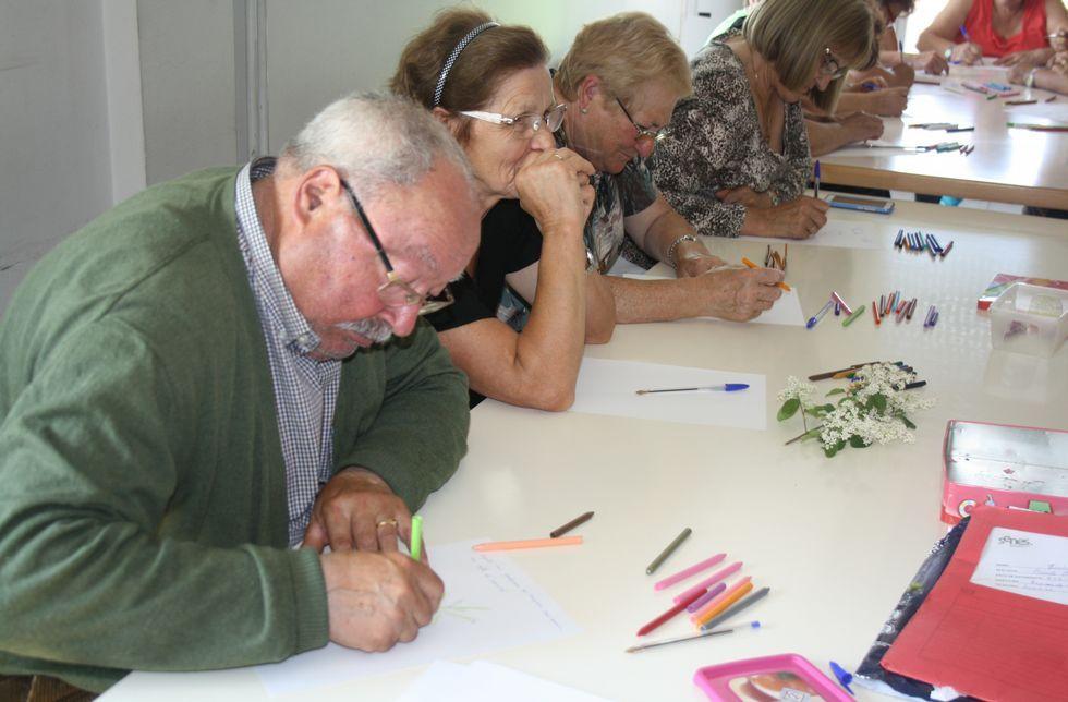 Los mayores empezaron ayer a plasmar por escrito o mediante dibujos sus ideas para el cuento.