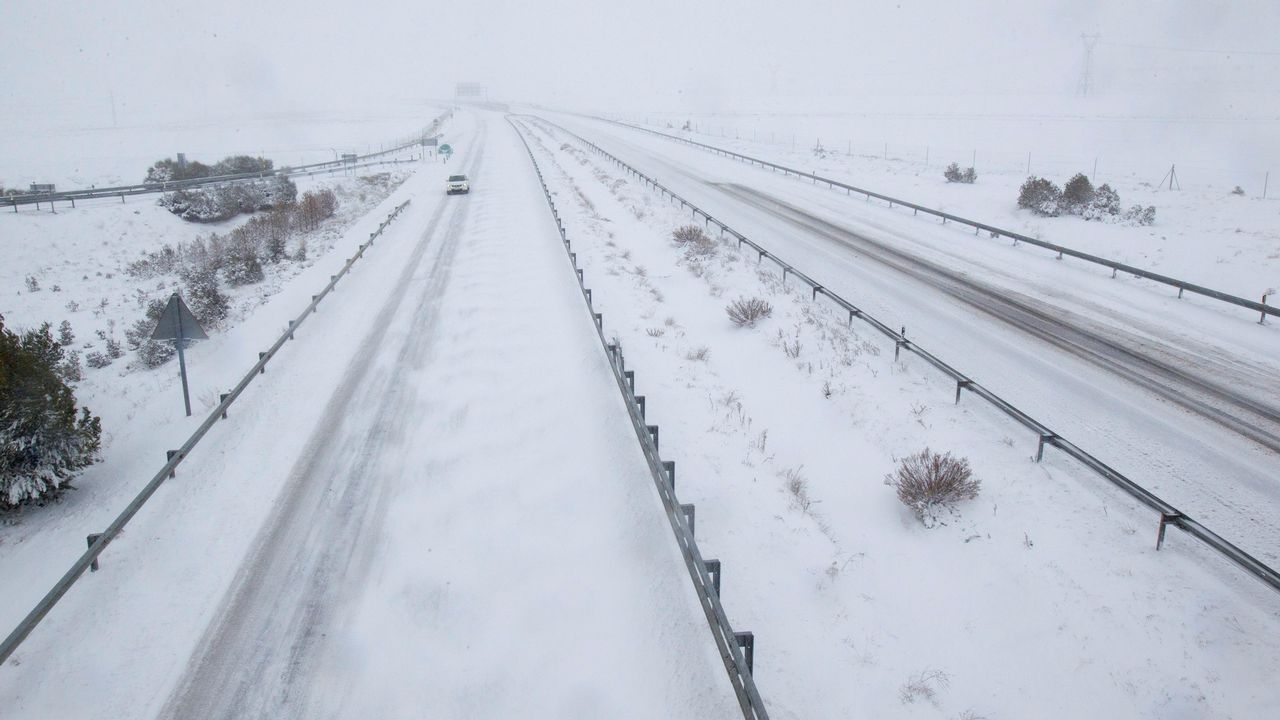 Nieve en la A-6 a us paso por Aranga