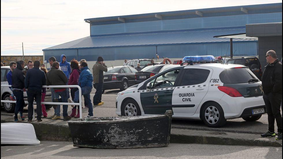 La guardia civil inspecciona el caballaje de los motores en el puerto de Aguiño.
