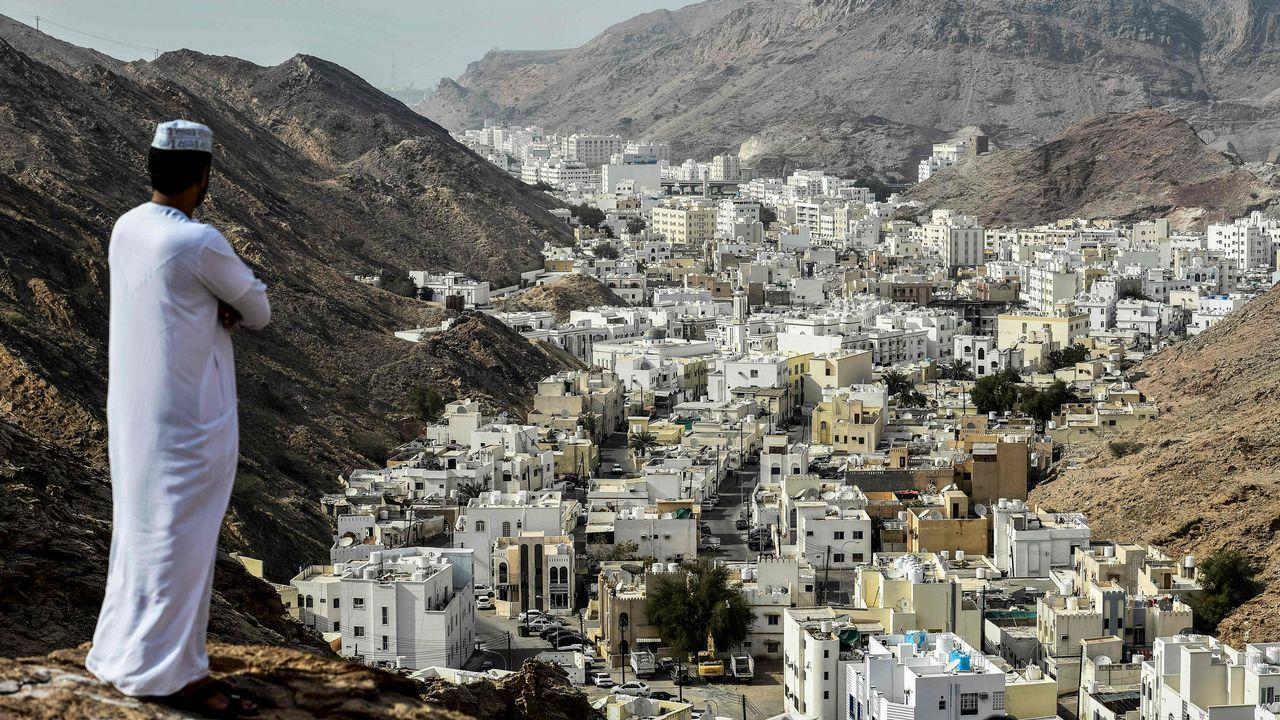 Un hombre observa las calles de Al-Wadi-al-Kabir, Omán, desde lo alto.