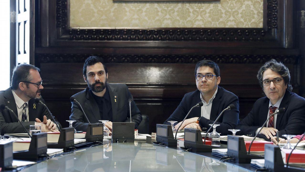 .La Mesa del Parlamento catalán, dominada por los independentistas, decidió este martes continuar con la reforma legislativa que permitiría una investidura sin que el candidato esté presente