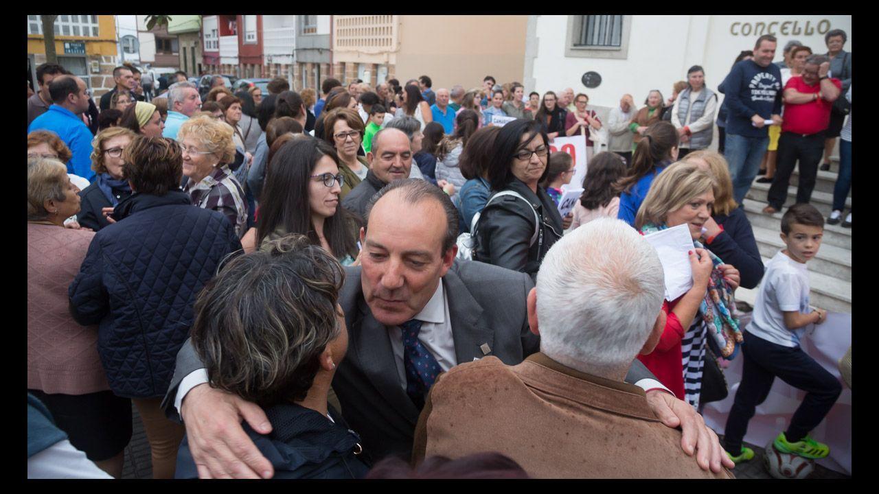 Vecinos se concentraban en apoyo al alcalde frente al consistorio, en mayo del año pasado, tras conocerse la condena