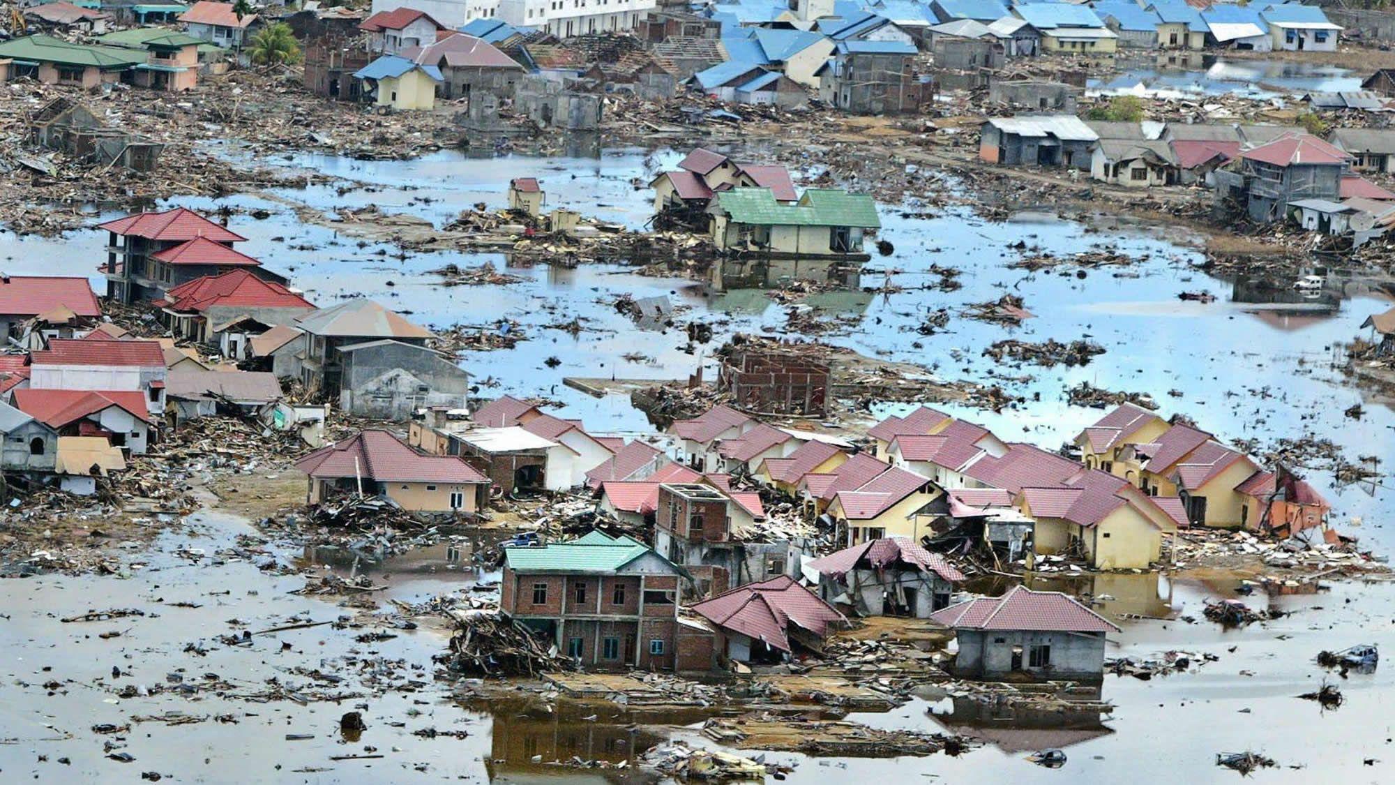 La devastación en Indonesia, desde el aire.Cartel de Tsunami Xixón 2019