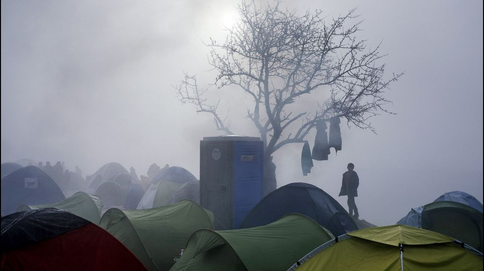 Los refugiados bloquean la autopista que une Grecia y Macedonia