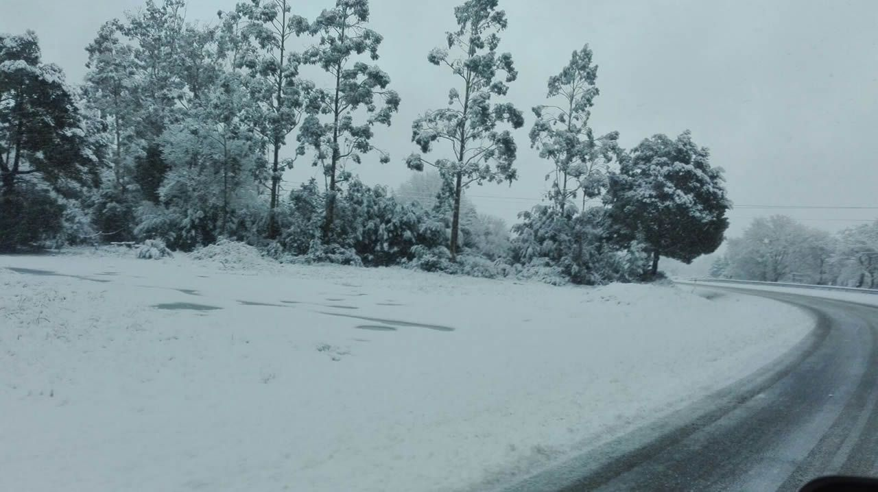 Nacional VI, subida a Teixeiro con nieve esta mañana