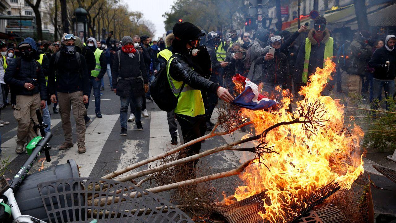 Disturbios en los barrios comerciales de París tras blindar la Policía los Campos Elíseos