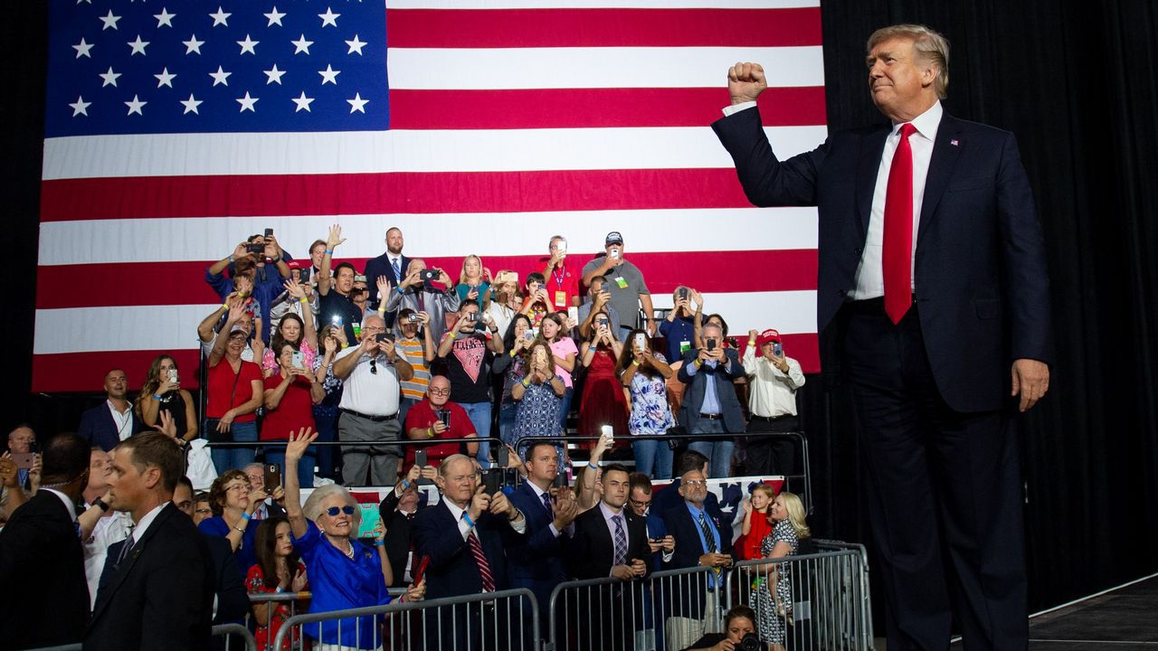 .Trump saluda a un grupo de entusiastas en un mitin el martes en Florida