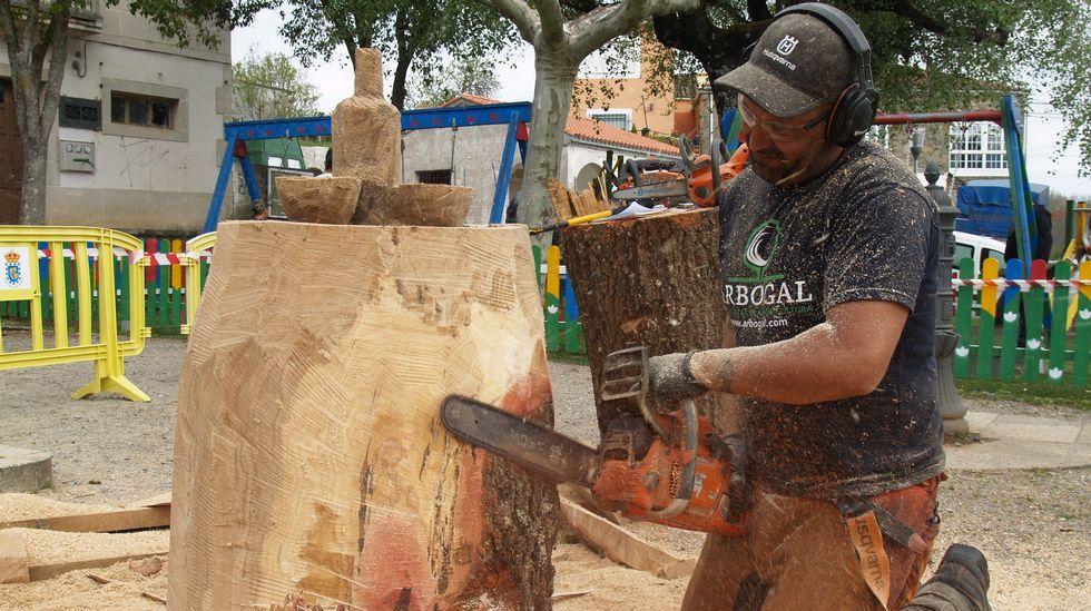 El escultor Eugenio Linares talló con una motosierra motivos alusivos a la feria