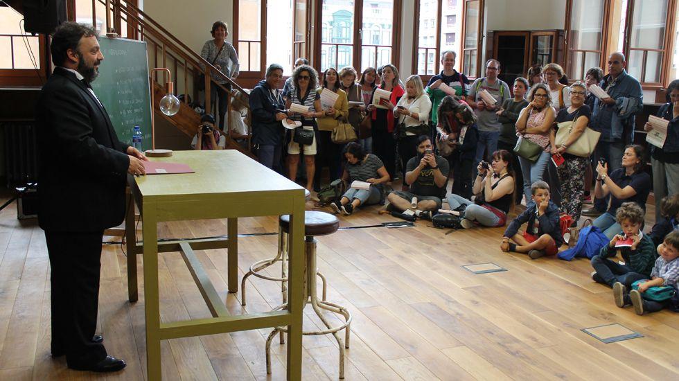 Sandro Cordero, en una de las actuaciones integradas en la «Yincanta», en la biblioteca de la Escuela de Comercio