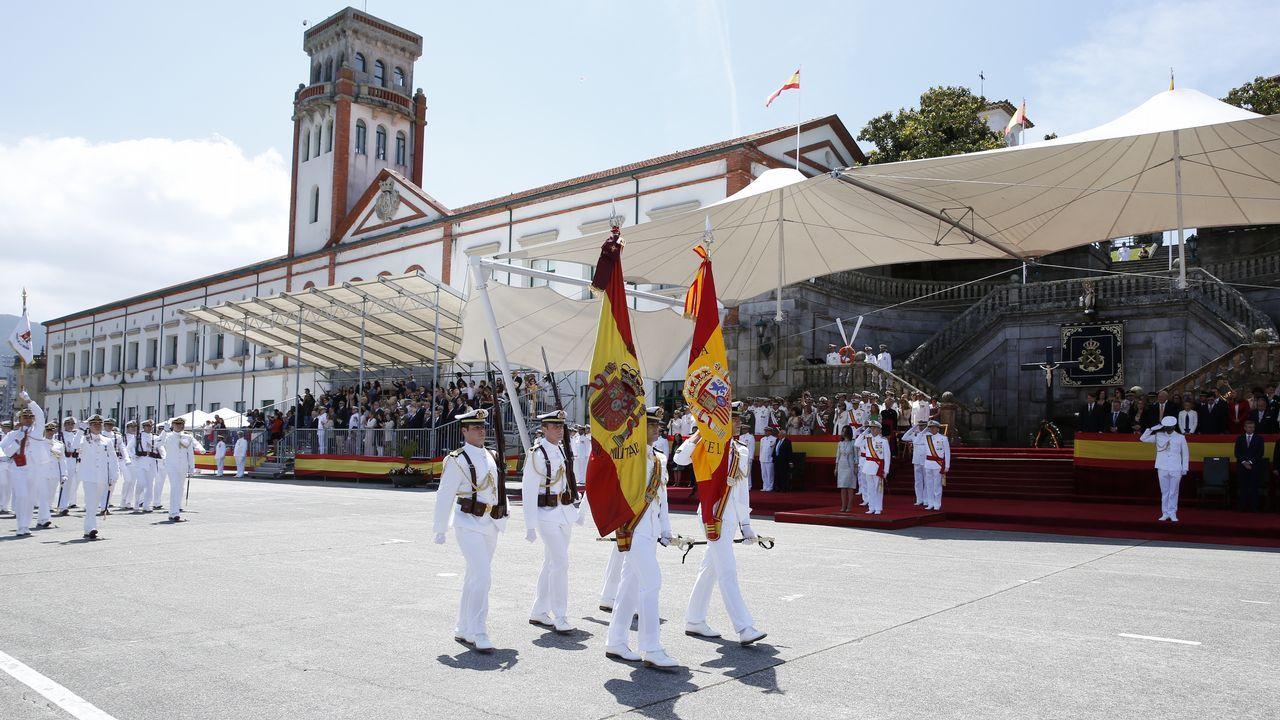 Entrega de la nueva bandera a la Escuela Naval militar de Marín