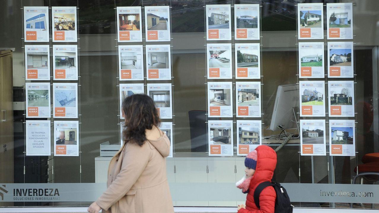 «Amorticé préstamo y pagué la universidad de mis hijas».Imagen de archivo de una oficina de Abanca en A Coruña