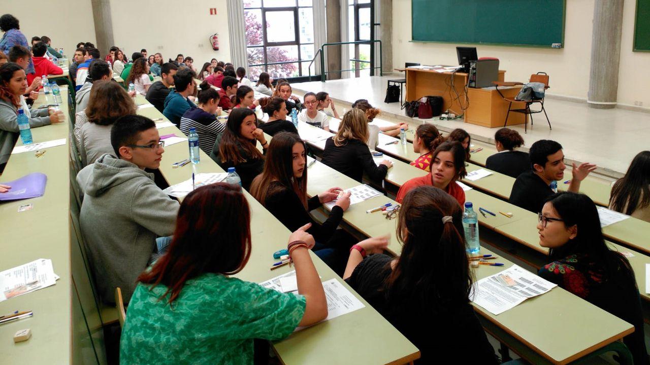 Minutos antes de dar comienzo el primer examen de la EBAU, los estudiantes se preguntan las últimas dudas