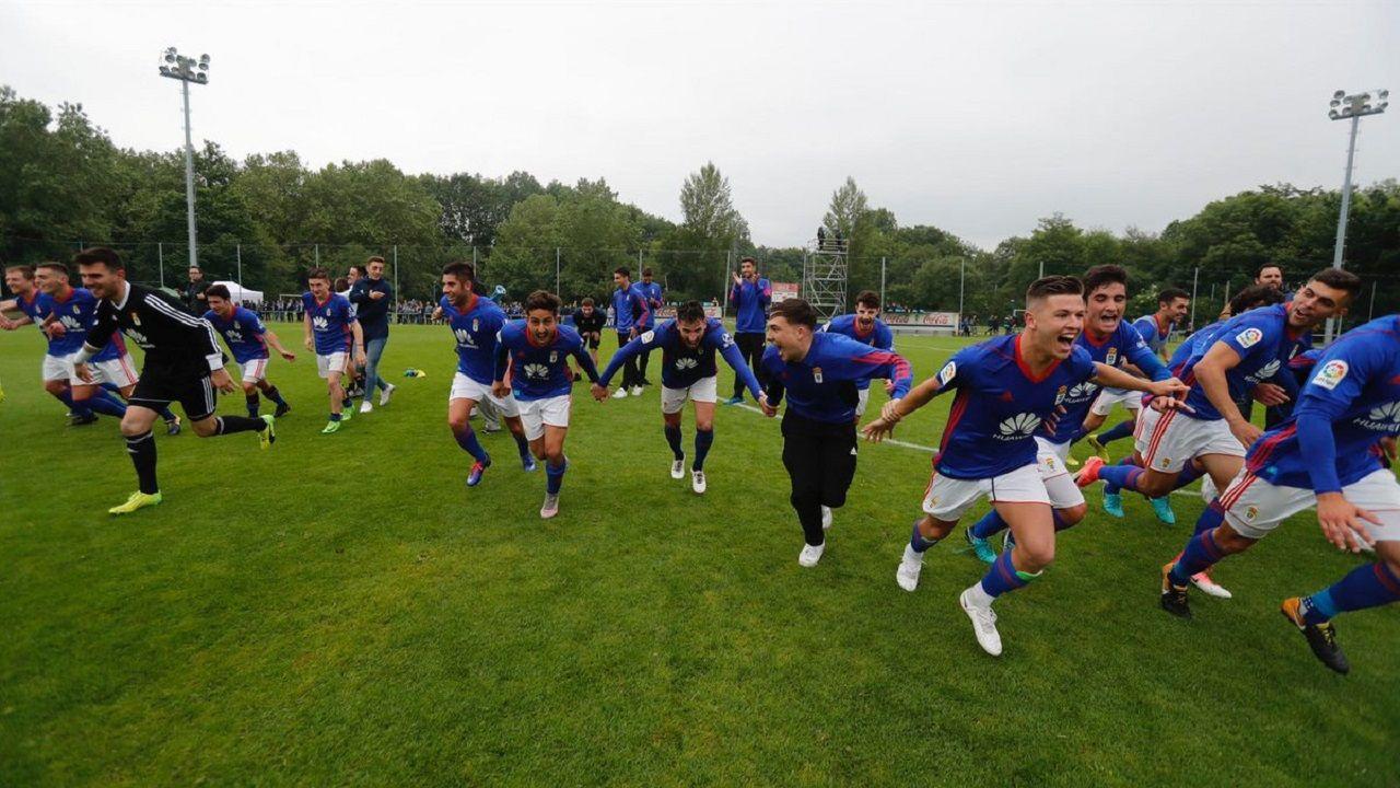 Los jugadores del Vetusta celebran el ascenso