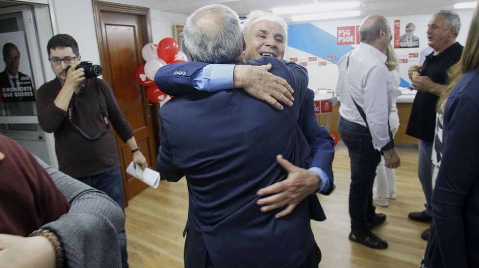 Tomé, de espaldas, recibe el abrazo de un simpatizante en la sede del PSOE