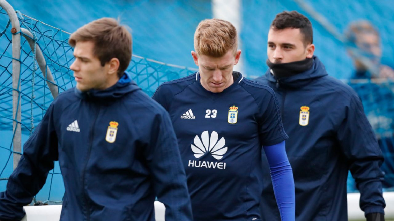 Mossa Pucko Alfonso Herrero Requexon Real Oviedo.Mossa, junto a Pucko y Alfonso Herrero en un entrenamiento