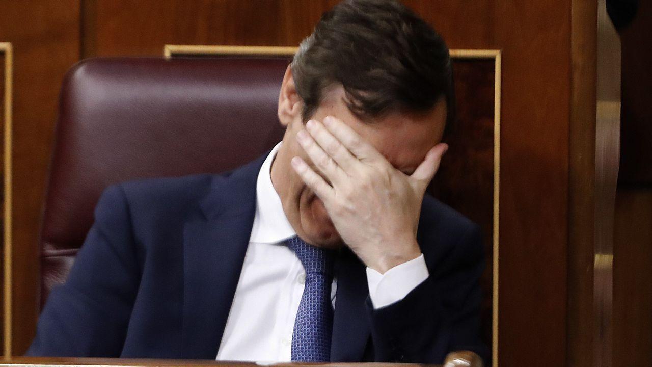 Desolación en las filas populares con besos y abrazos entre diputados y ministros. En la imagen, Rafael Hernando.