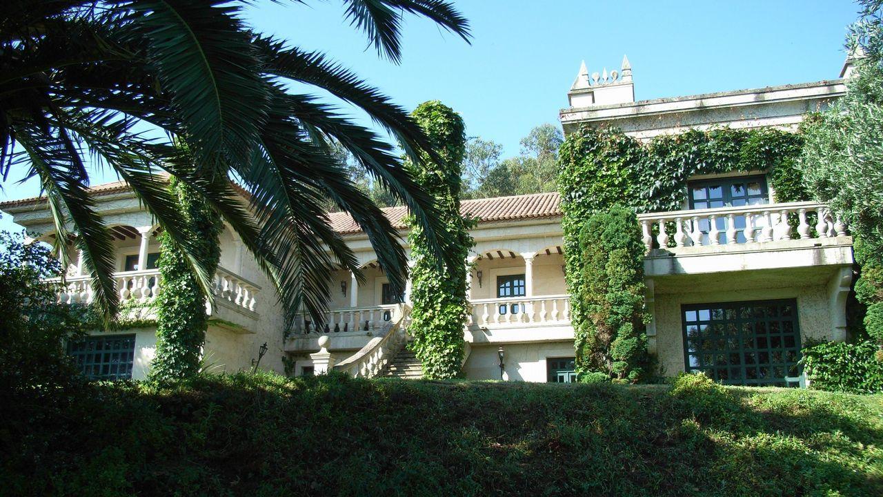 3.600.000 euros. Baiona. Ubicada en lo alto de esta colina, lo que le da unas vistas panorámicas sobre el mar, esta mansión de dos plantas cuenta con más de 800 metros cuadrados construidos.