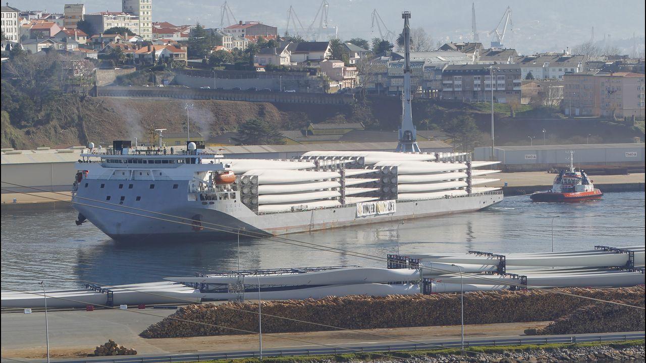 Entrada del barco en la ría de Ferrol con los componentes chinos