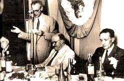 Díaz, de pé, nun acto en Arxentina con Castelao, primeiro á dereita.