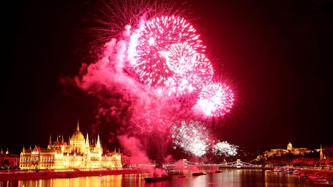 Fuegos artificiales sobre el río Danubio durante el Día de San Esteban en Budapest, Hungría