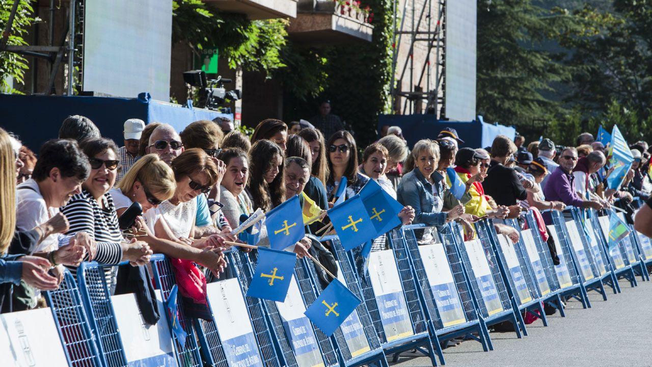 Dos niñas de la Banda de Gaitas 'Ciudad de Cangas de Onís' se componen mientras esperan la llegada de la familia real
