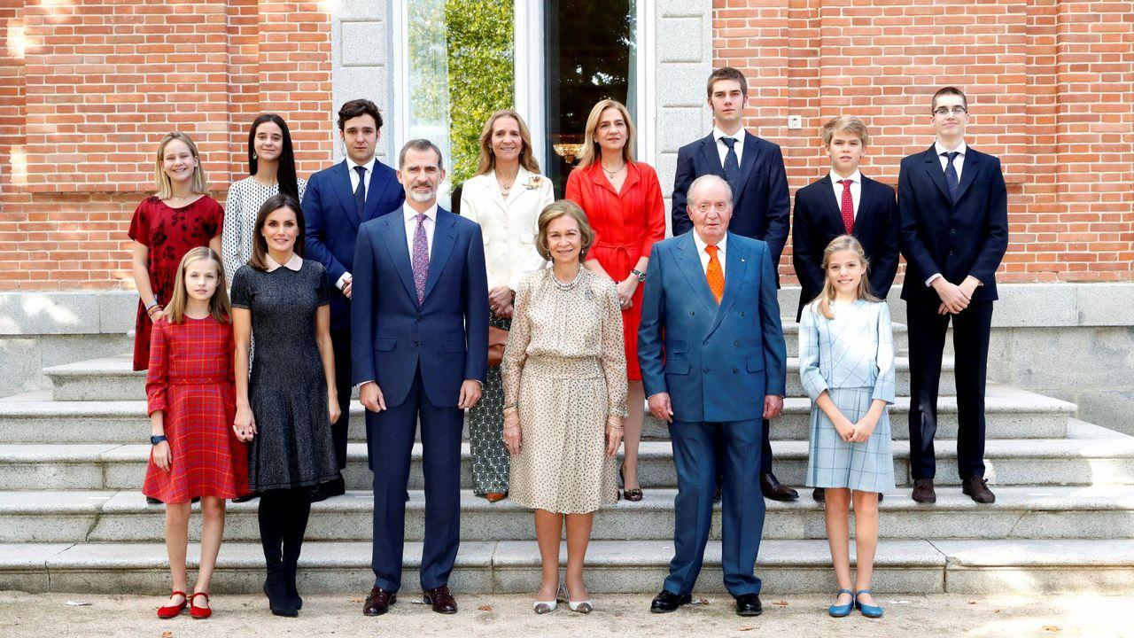 La reina Sofía cumple 80 años.Año 2006: La famila al completo: Los Reyes, los Príncipes de Asturias con la Infanta Leonor, los duques de Lugo con sus hijos y los duques de Palma con los suyos