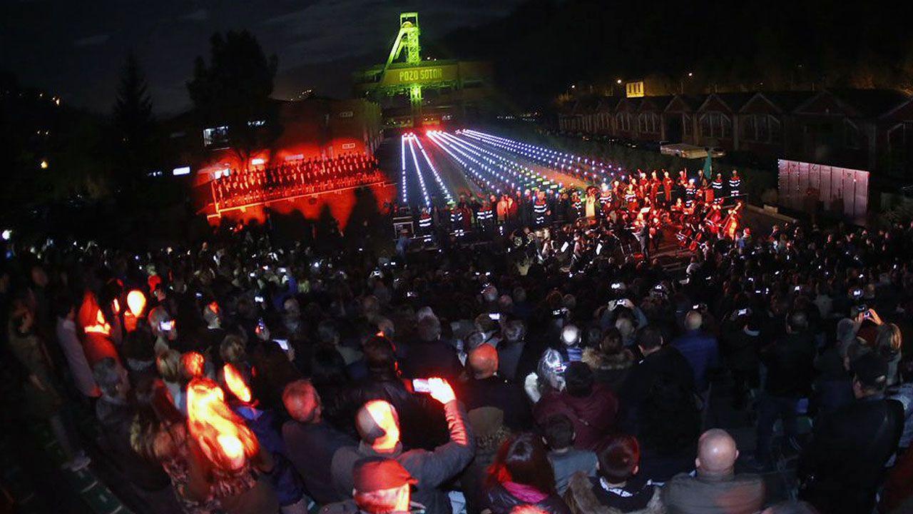 Más de dos mil personas llenaron el Pozo Sotón para rendir tributo a los mineros muertos en accidente, en un espectáculo de luces y música.Más de dos mil personas llenaron el Pozo Sotón para rendir tributo a los mineros muertos en accidente, en un espectáculo de luces y música