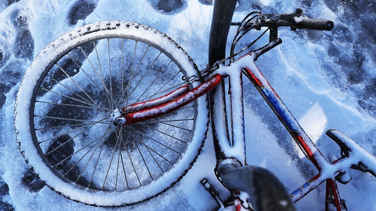 La nieve cubre una bicicleta en Savannah, Georgia
