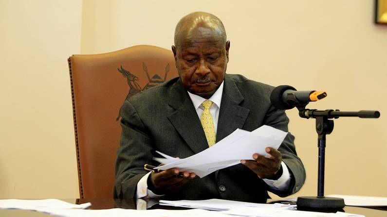 Reino Unido legaliza el matrimonio gay.El presidente de Uganda firma la ley