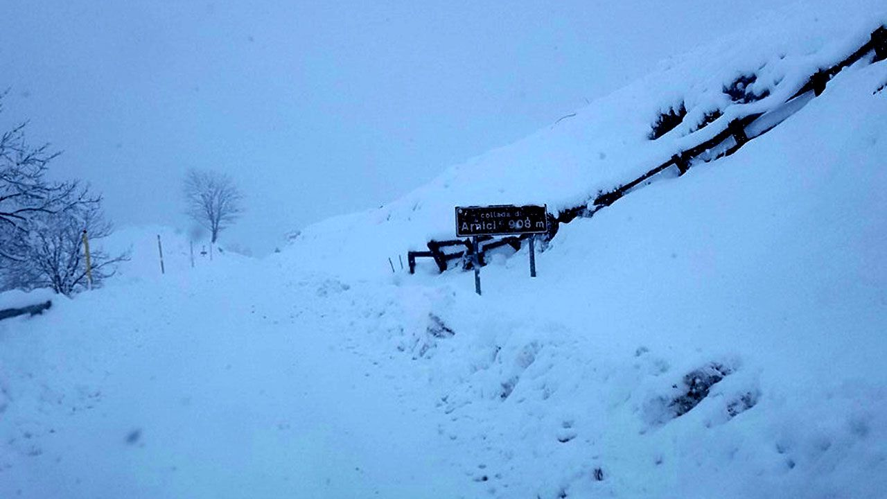 El cartel indicador de la Collá de Arnicio, casi sepultado por la nieve
