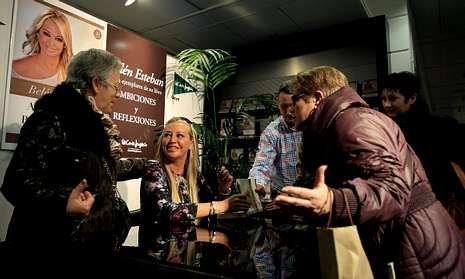 .Belén Esteban firma ejemplares de su libro durante un acto de presentación en Madrid.