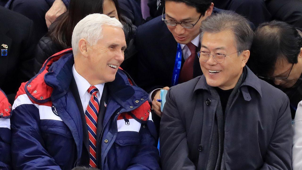 EL vicepresidente de EE.UU., Mike Pence, junto al presidente surcoreano Moon Jae-in