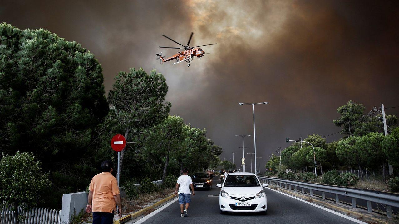 Los bomberos intentan extinguir el fuego en Penteli, al norte de Atenas