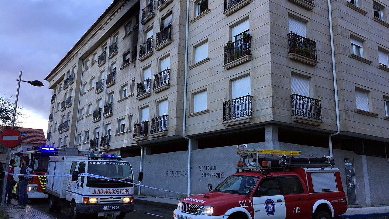 Evacuadas al hospitalnueve personas debido a un incendio en un edificio en Cambados.