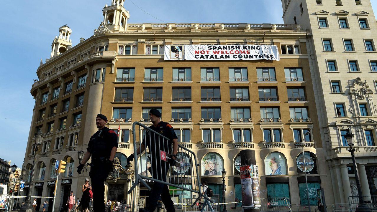 .Un grupo de independentistas ha colgado una pancarta en contra del rey en la fachada de un edificio de la plaza de Cataluña de Barcelona, donde se va a celebrar el acto central en recuerdo de las víctimas de los atentados del 17A.