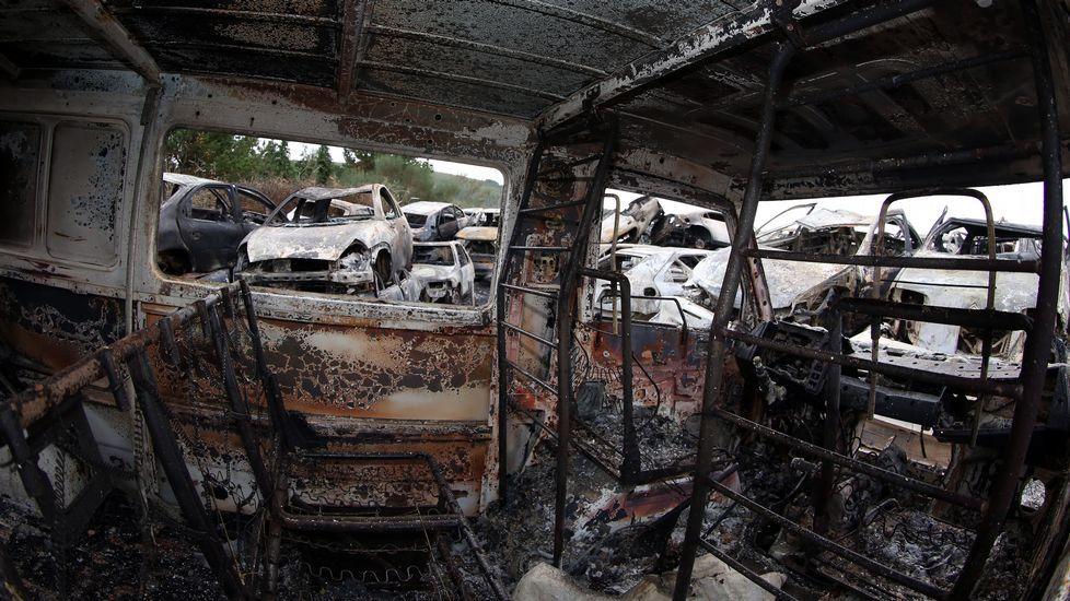 Coches quemados en un desguace de Lousame.