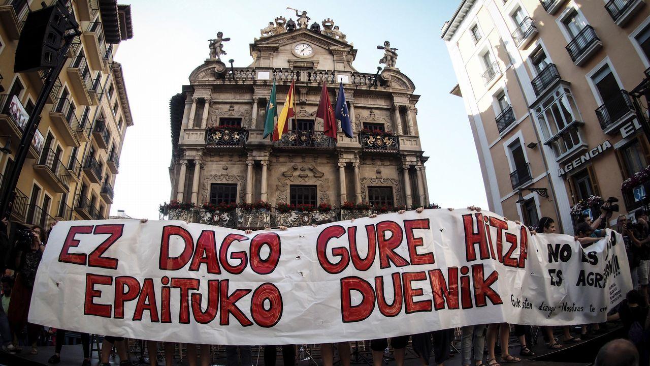 .Concentración en la plaza del Ayuntamiento de Pamplona contra el auto que decreta la libertad provisional de La Manada
