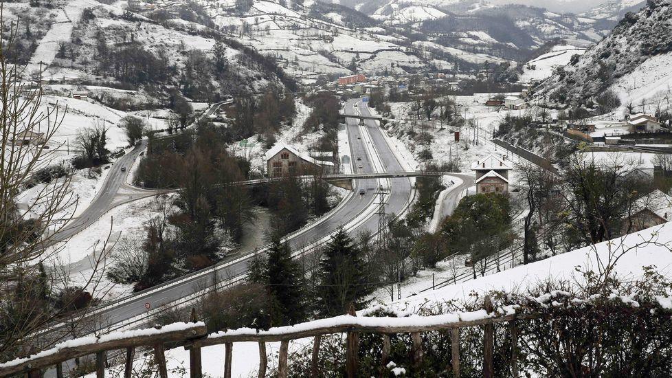 Paisaje helado y nevada del Huerna a la altura del embalse de Barrios de Luna. Aspecto que presenta hoy el entorno de la A-66 en el concejo de Lena. El temporal de nieve ha obligado a cerrar totalmente al tráfico la autopista del Huerna (AP-66),