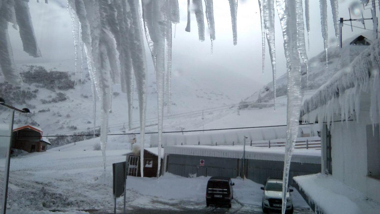 Valgrande-Pajares bajo hielo.Maquinaria en la estación de esquí de Valgrande-Pajares