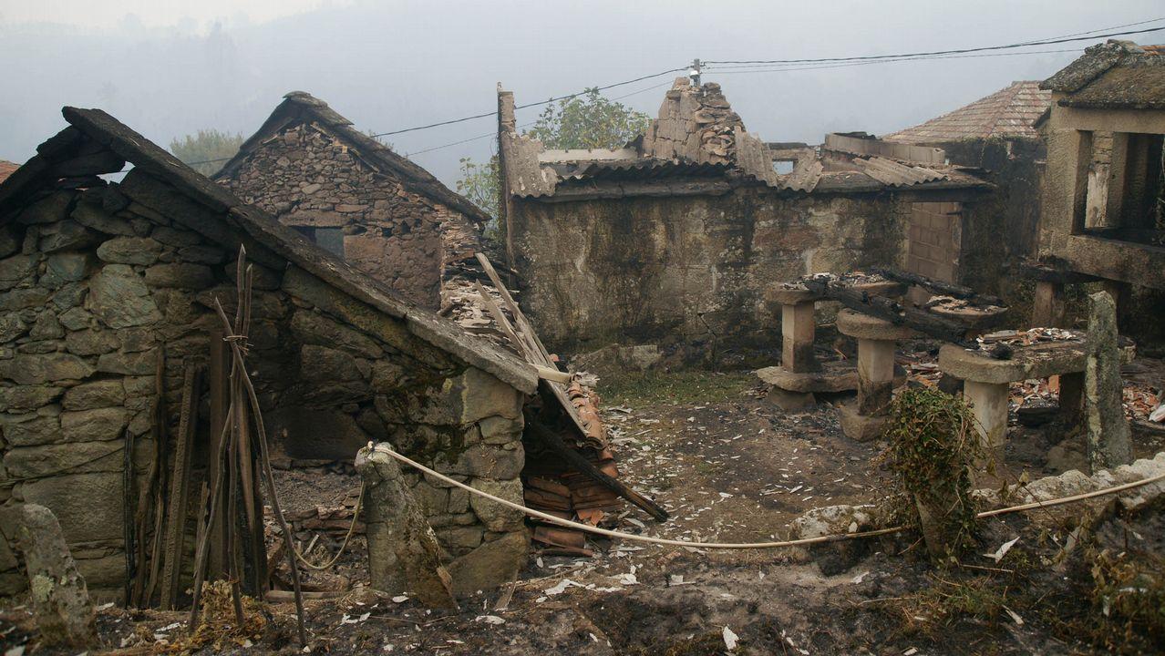 Incendio forestal con casas quemadas en As Mestas, en Melón