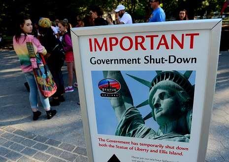 Estados Unidos recuerda a Kennedy.Un cartel avisa del cierre a los visitantes de la estatua de la Libertad, en Manhattan.