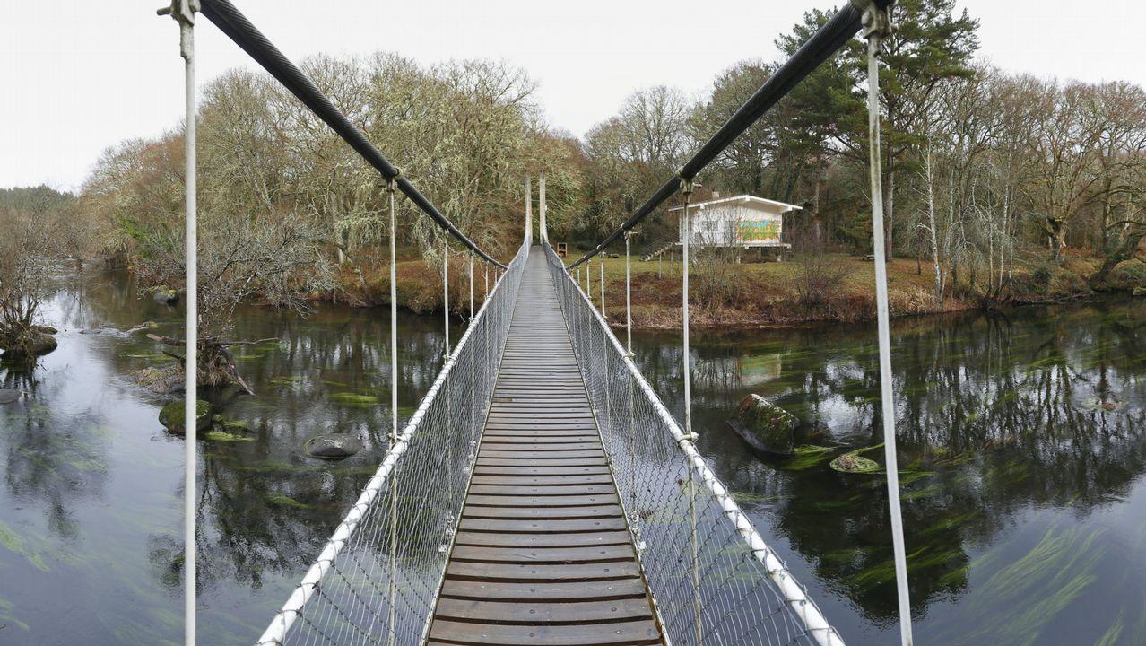 .El acceso a la Insua de Seivane, en el Miño, es un puente colgante