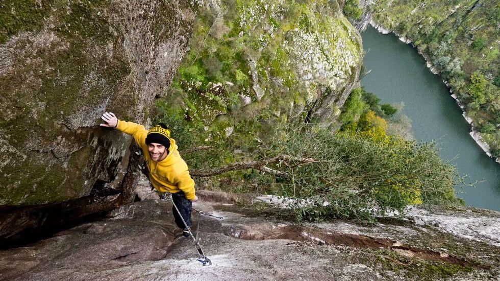 El escalador Mauro González en unas rocas situadas en el municipio lucense de Pantón, entre Pombeiro y Sancosmede, con el río Sil al fondo