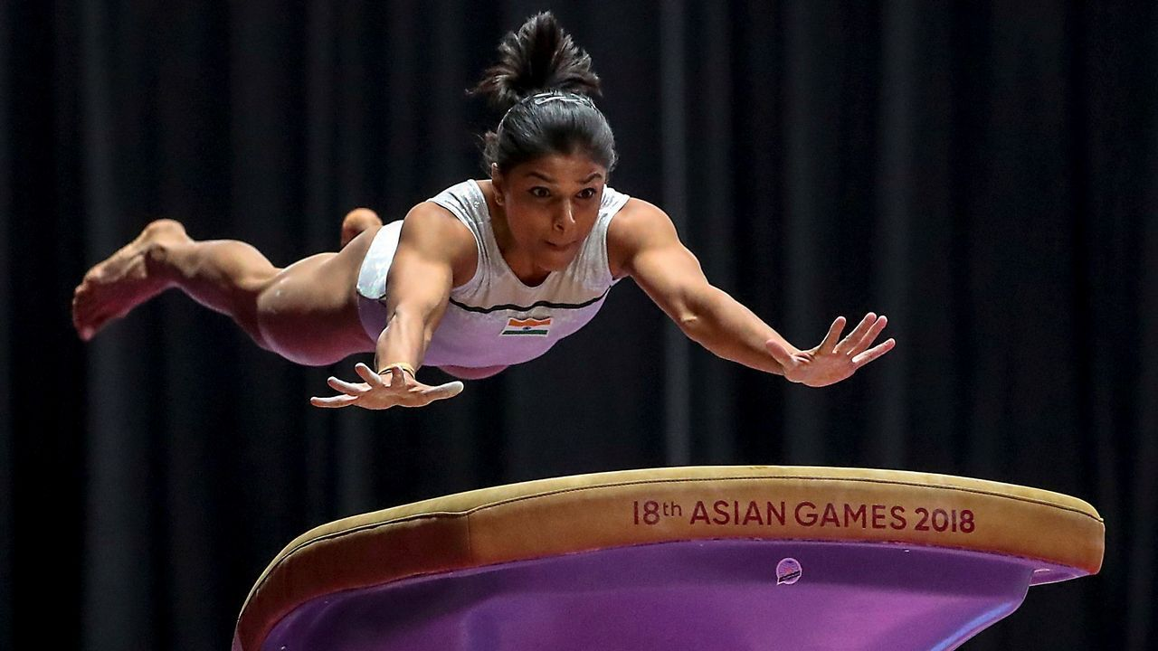 La gimnasta india Aruna Budda Reddy realiza su ejercicio en la final de potro individual femenino en los Juegos Asiáticos que se celebran en Yakarta (Indonesia)