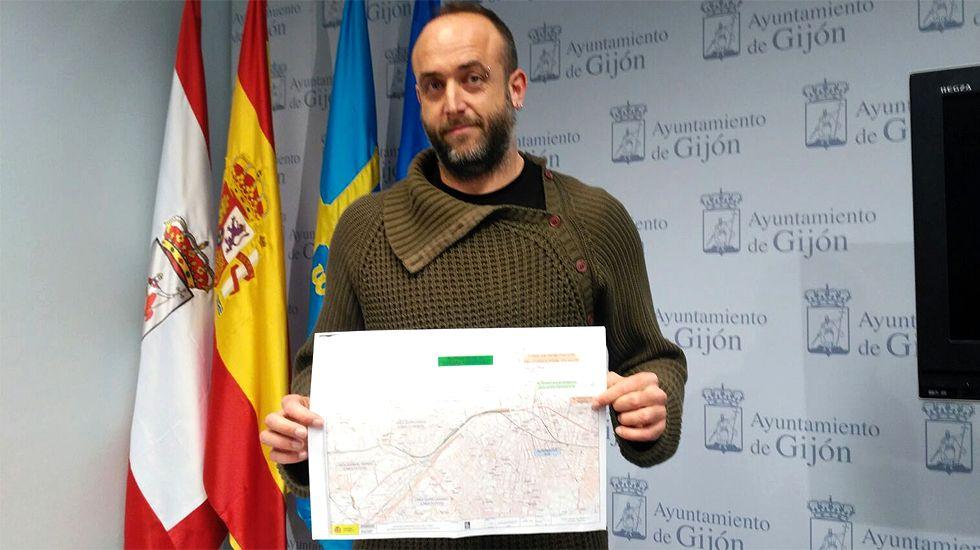 David Alonso, de XsP, con un mapa del último proyecto del Plan de Vías
