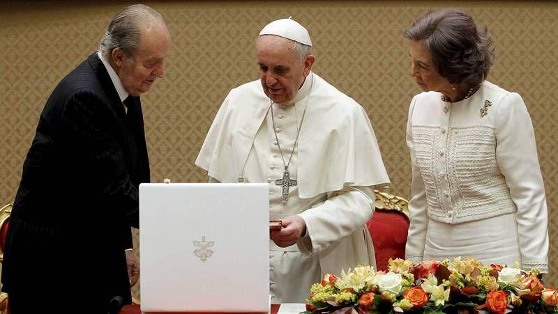 El papa al rey: «El monaguillo primero»