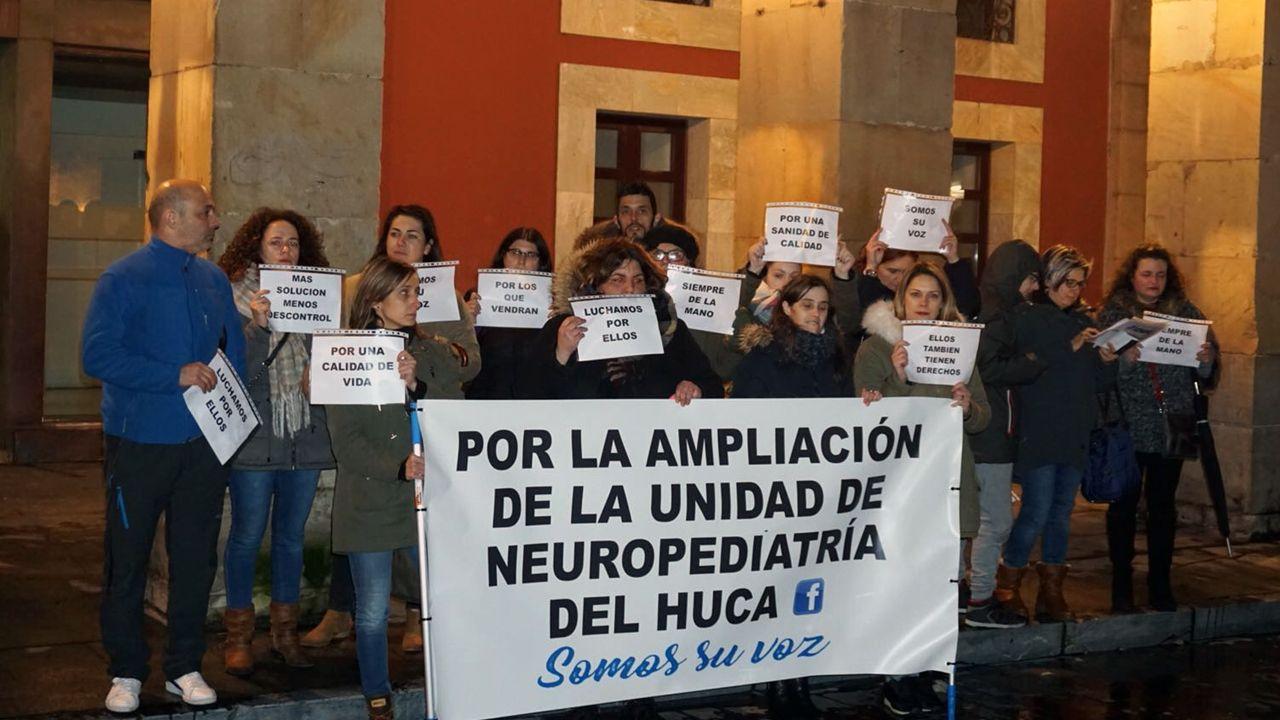 Familias asturianas piden ampliar la unidad de Neuropediatría del HUCA.Un eslogan del 8M escrito sobre la nieve, en Oviedo