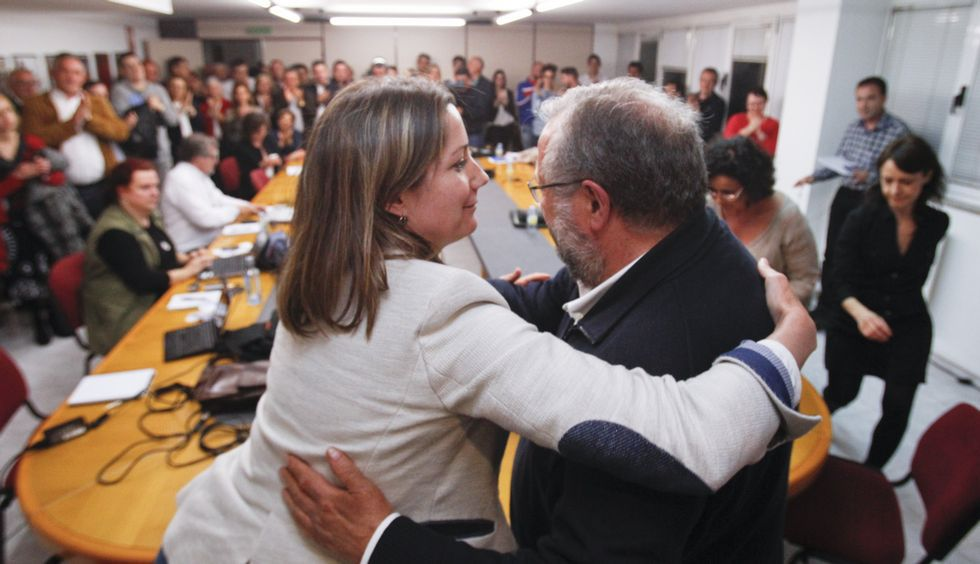 Teitando las pallozas de Piornedo.Martínez hablando con Sotuela el pasado domingo.