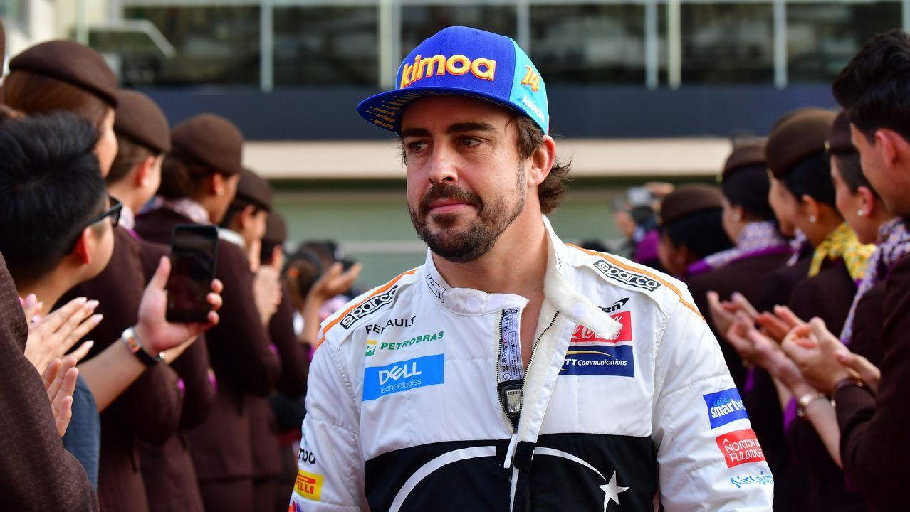 Fernando Alonso, a la carrera por la seguridad vial.Fernando Alonso responde a una entrevistas en el circuito de Yas Marina