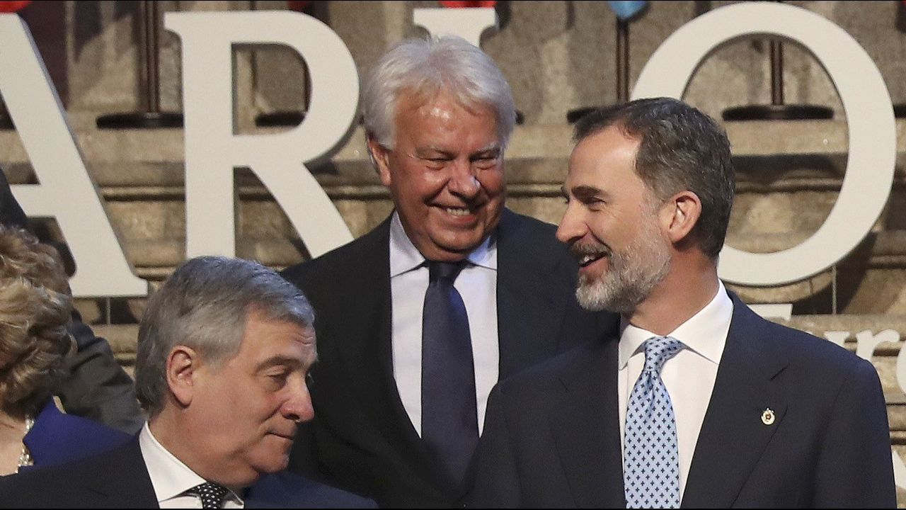 .El rey Felipe VI, que ha entregado al presidente del Parlamento Europeo, el italiano Antonio Tajani, el XII Premio Carlos V, en una ceremonia celebrada en el Monasterio de Yuste (Cáceres), junto al expresidente del Gobierno Felipe González